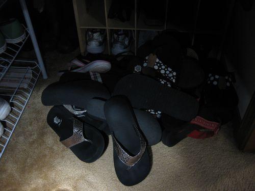 jumbled pile o flip flops